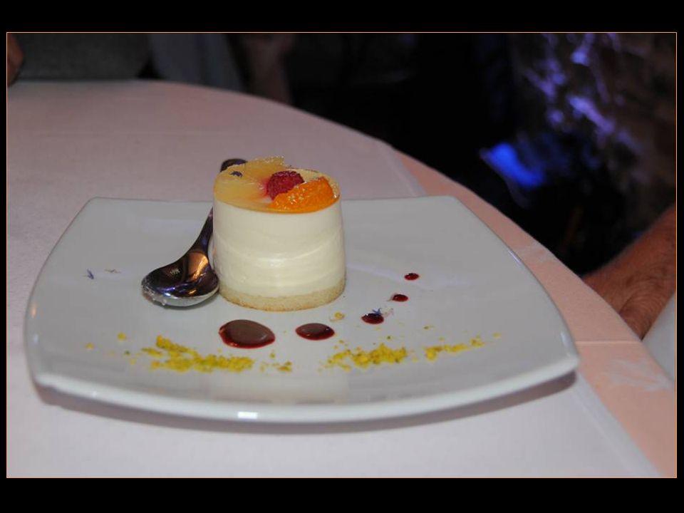 Le dessert la mousse au chocolat blanc et à lorange