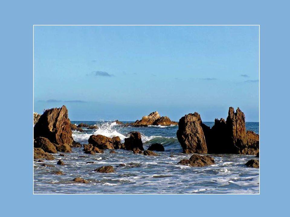Entendez-vous le majestueux concert des vagues puissantes qui se fracassent sur les rochers des rivages et qui s engouffrent ensuite dans les cavités des falaises?