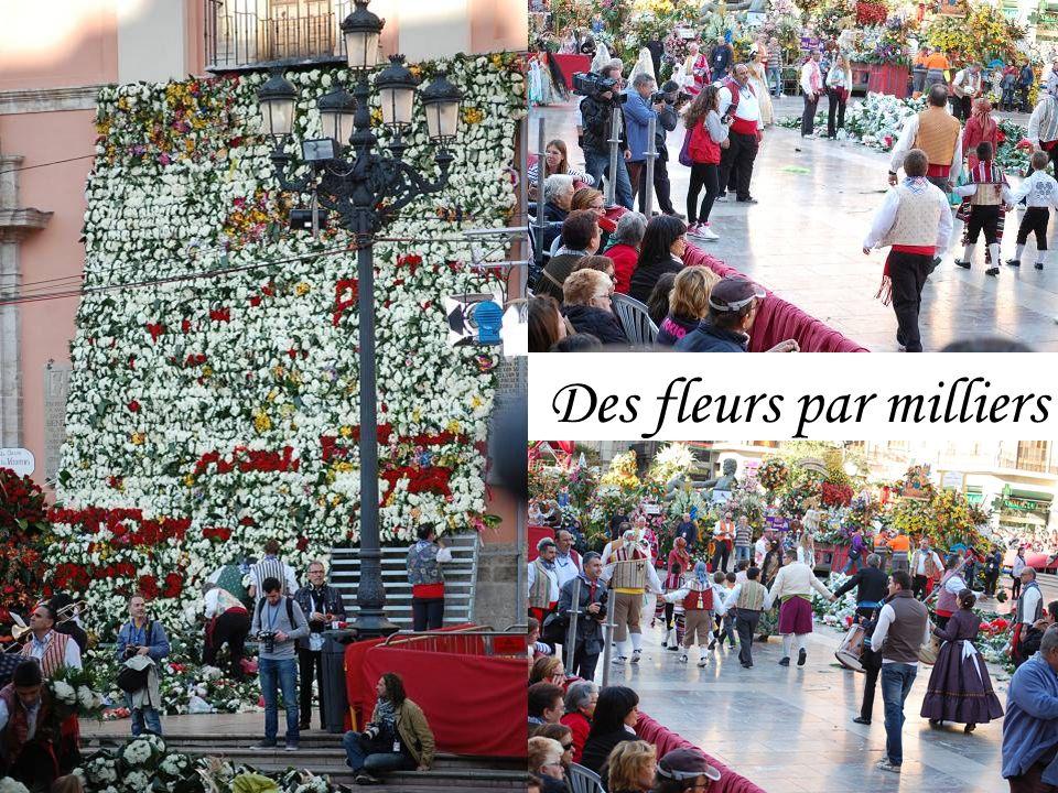 Lors du défilé, les 35000 valencianas portent des bouquets dœillets rouges, blancs et jaunes.