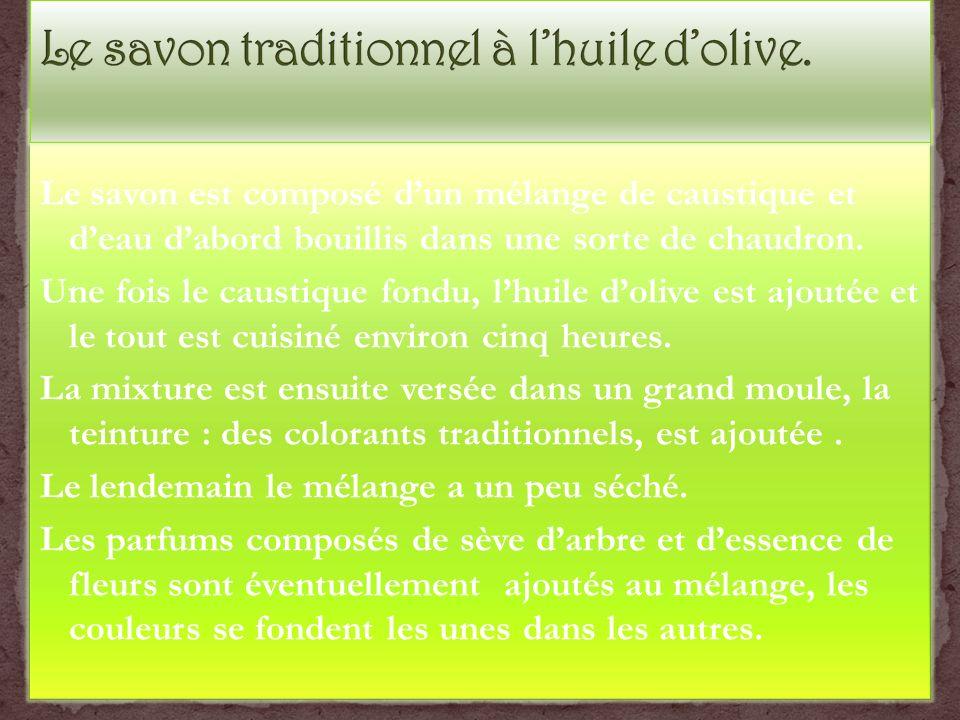 Le savon est composé dun mélange de caustique et deau dabord bouillis dans une sorte de chaudron. Une fois le caustique fondu, lhuile dolive est ajout