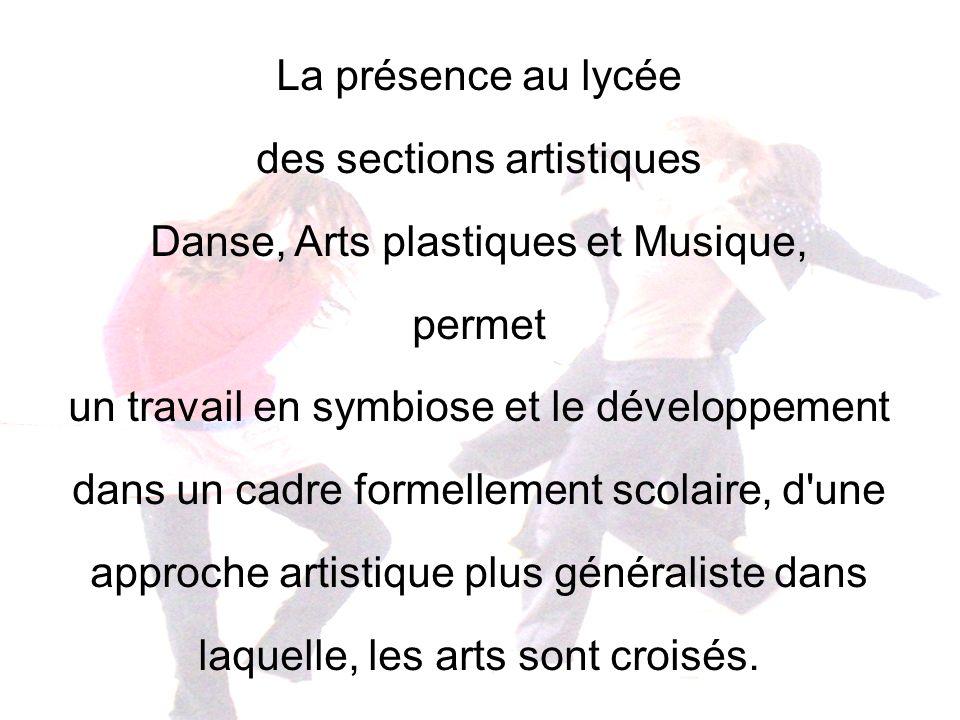 La présence au lycée des sections artistiques Danse, Arts plastiques et Musique, permet un travail en symbiose et le développement dans un cadre forme