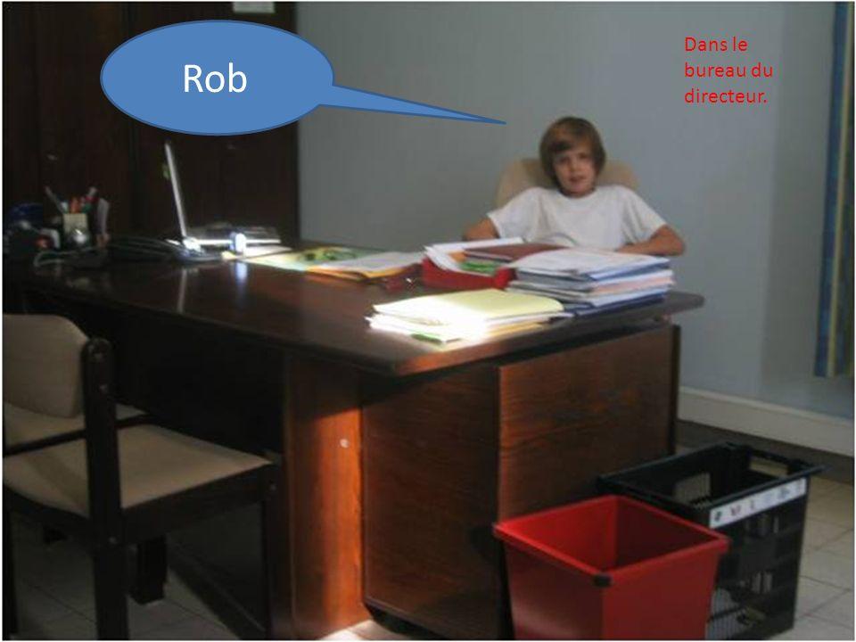 Rob Dans le bureau du directeur.