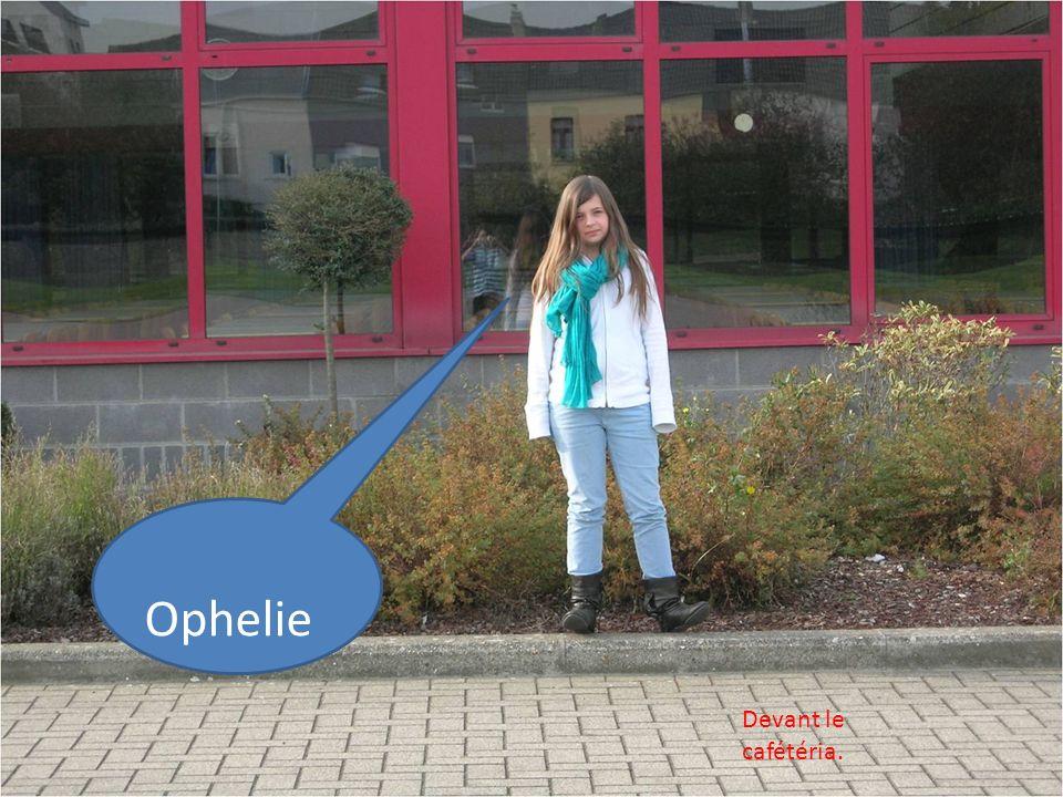 Ophelie Devant le cafétéria.