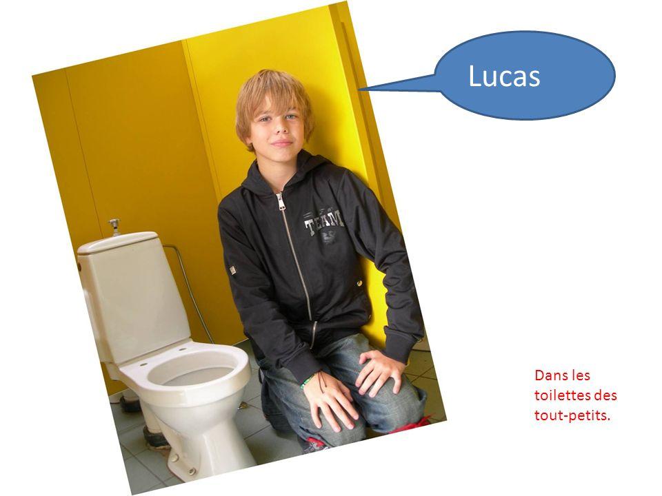 Lucas Dans les toilettes des tout-petits.