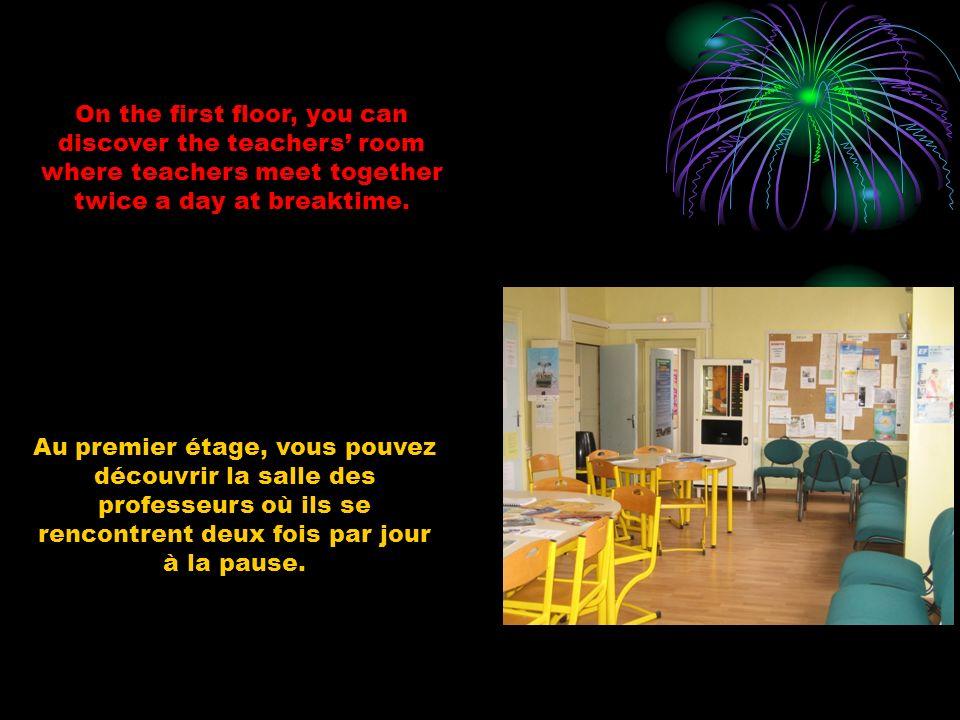 Au premier étage, vous pouvez découvrir la salle des professeurs où ils se rencontrent deux fois par jour à la pause. On the first floor, you can disc