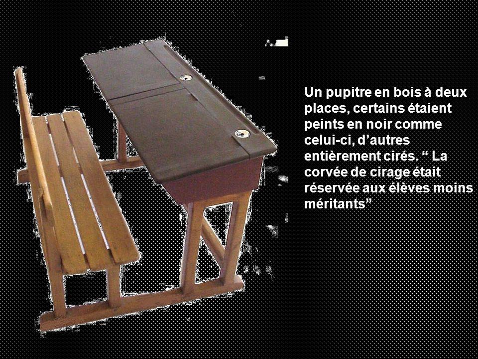 Un pupitre en bois à deux places, certains étaient peints en noir comme celui-ci, dautres entièrement cirés.