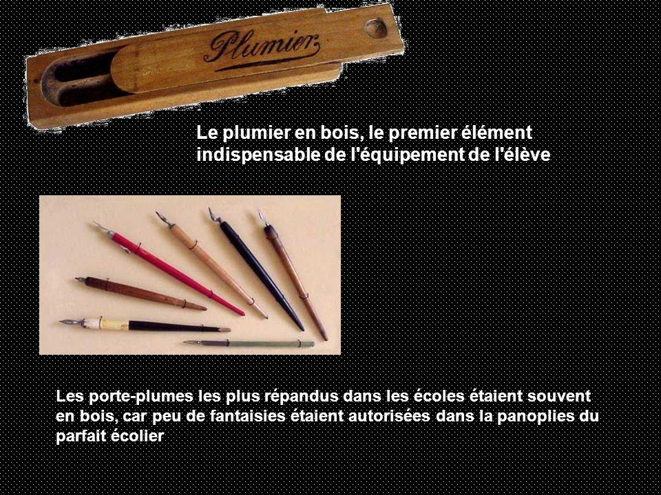 Le plumier en bois, le premier élément indispensable de l équipement de l élève Les porte-plumes les plus répandus dans les écoles étaient souvent en bois, car peu de fantaisies étaient autorisées dans la panoplies du parfait écolier