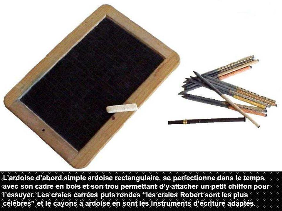 Lardoise dabord simple ardoise rectangulaire, se perfectionne dans le temps avec son cadre en bois et son trou permettant dy attacher un petit chiffon pour lessuyer.