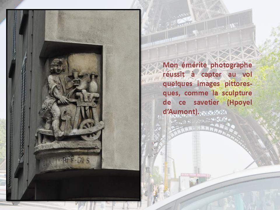 La plus petite rue de Paris .