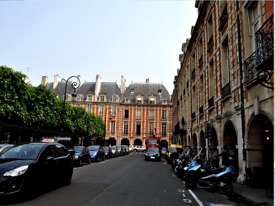 LA PLACE DES VOSGES L ancienne place Royale, rebaptisée place des Vosges en 1800, est une place du Marais, faisant partie des 3e et 4e arrondissements de Paris.