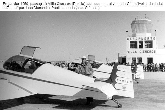 En janvier 1959, passage à Villla-Cisneros (Dakhla), au cours du rallye de la Côte-dIvoire, du Jodel 117 piloté par Jean Clément et Paul Lamande (Jean