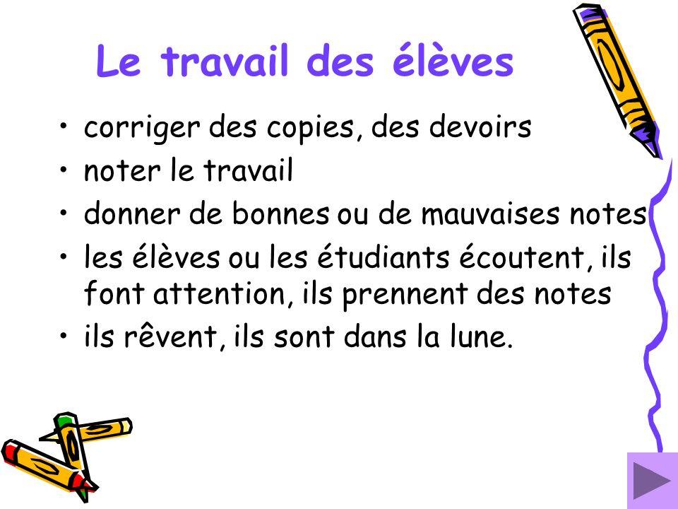 Le travail des élèves corriger des copies, des devoirs noter le travail donner de bonnes ou de mauvaises notes les élèves ou les étudiants écoutent, i