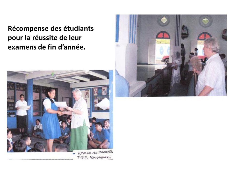 Récompense des étudiants pour la réussite de leur examens de fin dannée.