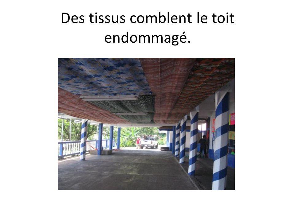 Des tissus comblent le toit endommagé.