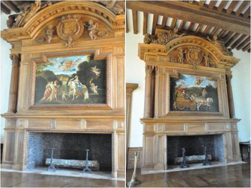 La salle des Cheminées Superbe pièce de Réception enrichie De deux cheminées Majestueuses arborant Les armes de la Famille de Hautefort