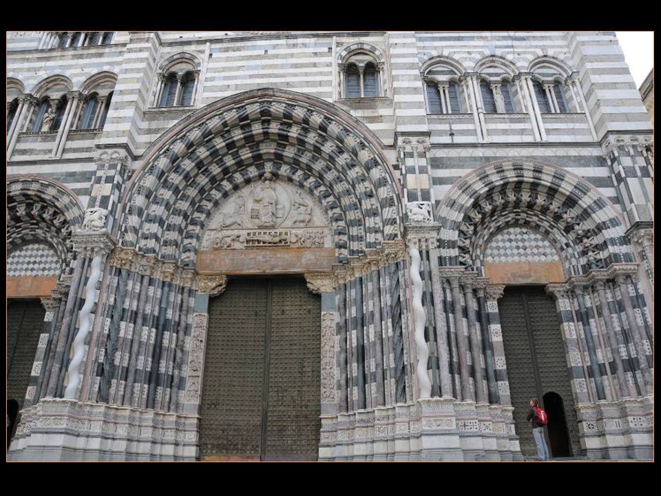 Lalternance du gris sur la façade, procédé assez commun en Ligurie, appuie laspect massif de lensemble, et la rapprocherait du style roman, tandis que les 3 portails La Rapprochent des cathédrales gothiques