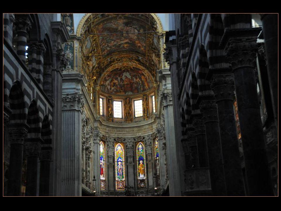 Pénétrons à Lintérieur de La Cathédrale San Lorenzo Ou en français Saint-Laurent
