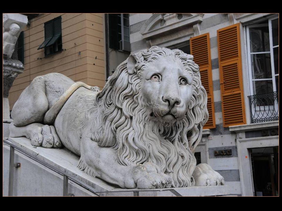 Lescalier majestueux est entouré De deux murs portant des lions