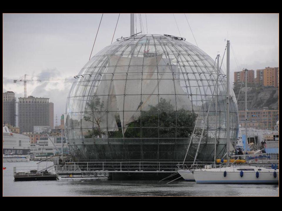 La Bolla est une sphère de verre dun diamètre de 20,5 m qui accueille un Morceau de forêt pluviale Avec Flore et animaux dorigine