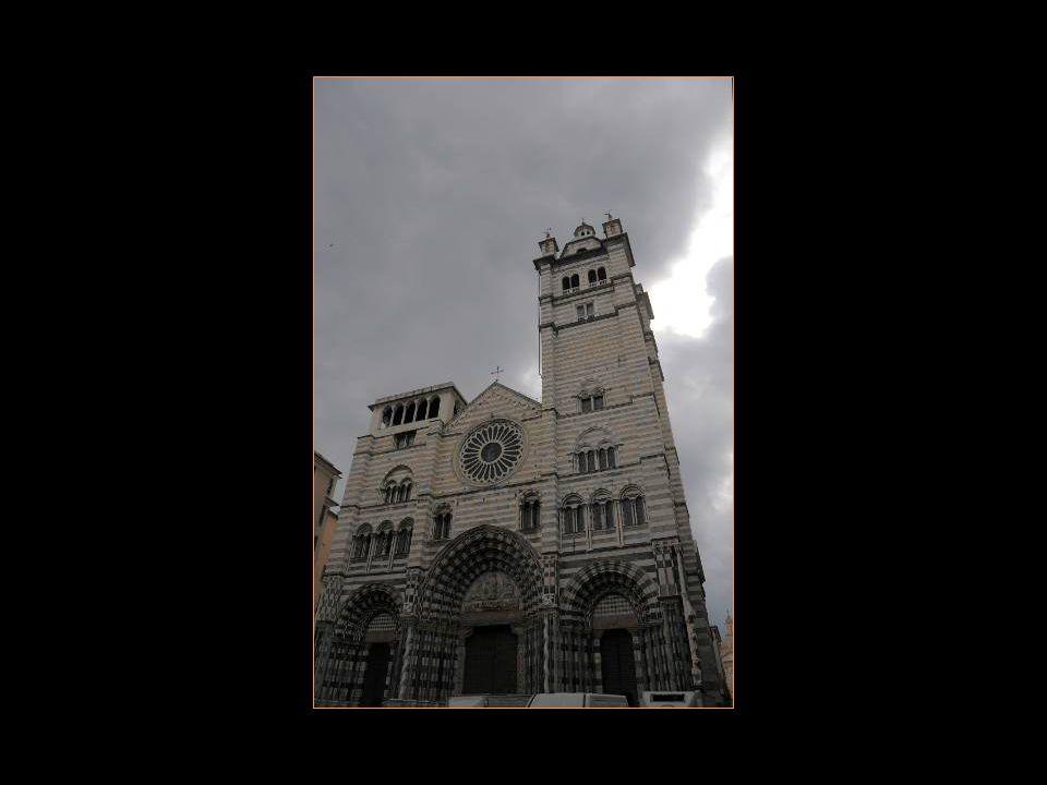 Très élégante, sa Façade est décorée de bandes Blanches et noires. Elle est couronnée De 2 clochers inégaux