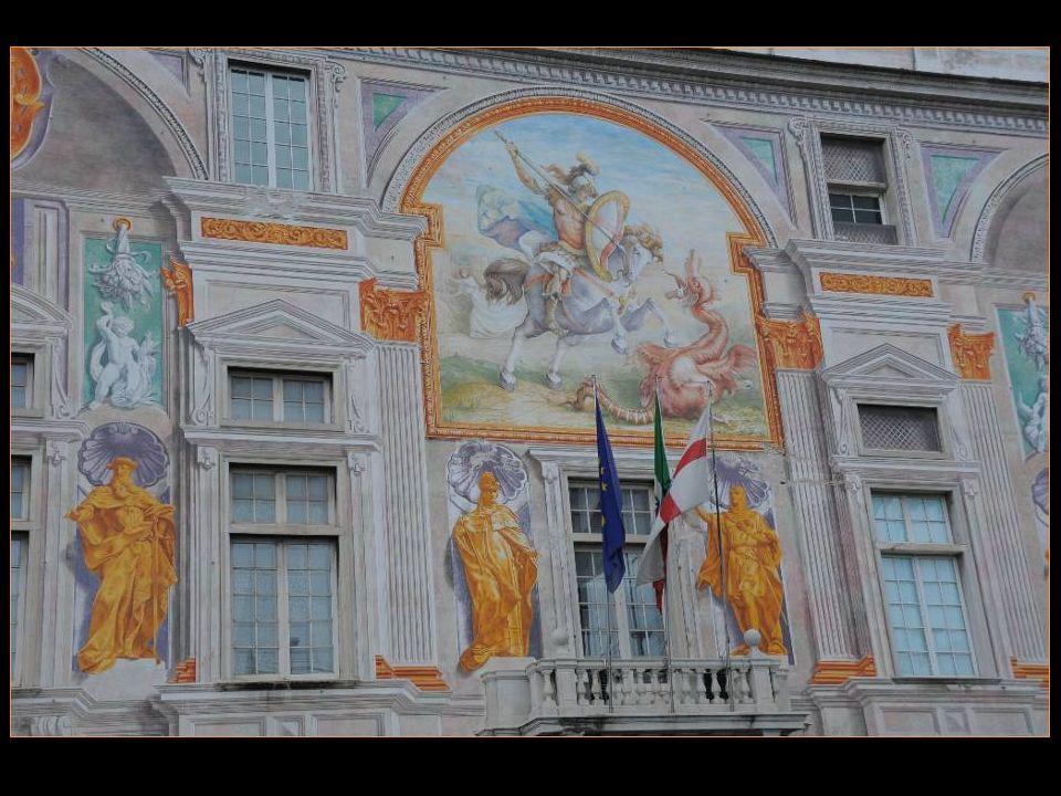 En 1481-1482, le peintre Carlo Braccesco Orne les façades De belles fresques