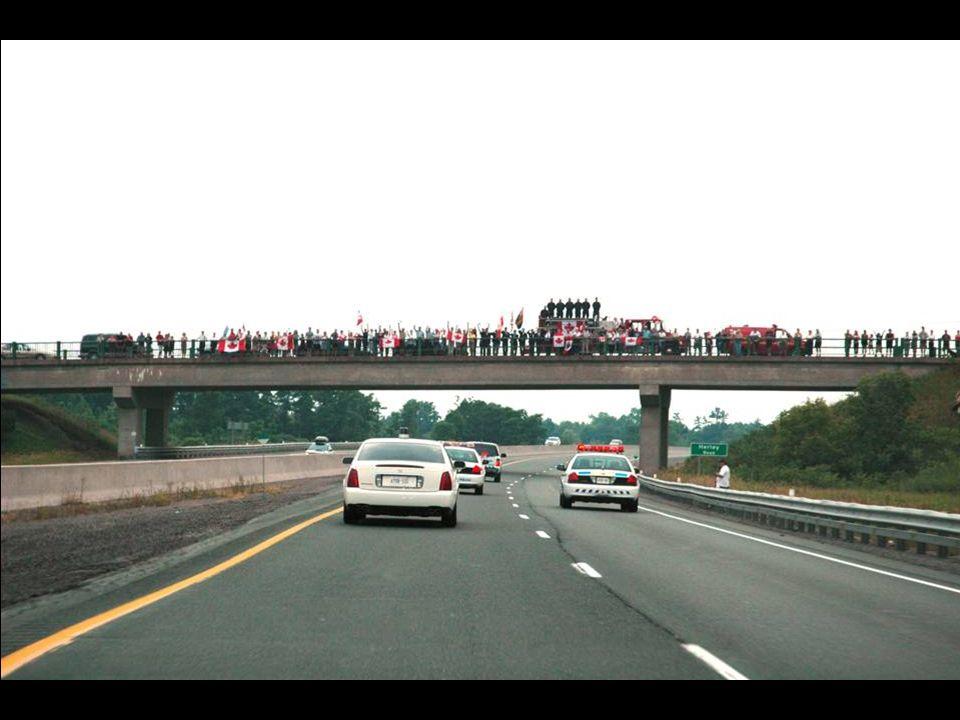 Entre Trenton et Toronto, il y a 50 ponts, tous sont occupés par des policiers, ambulanciers, pompiers et surtout des gens ordinaires