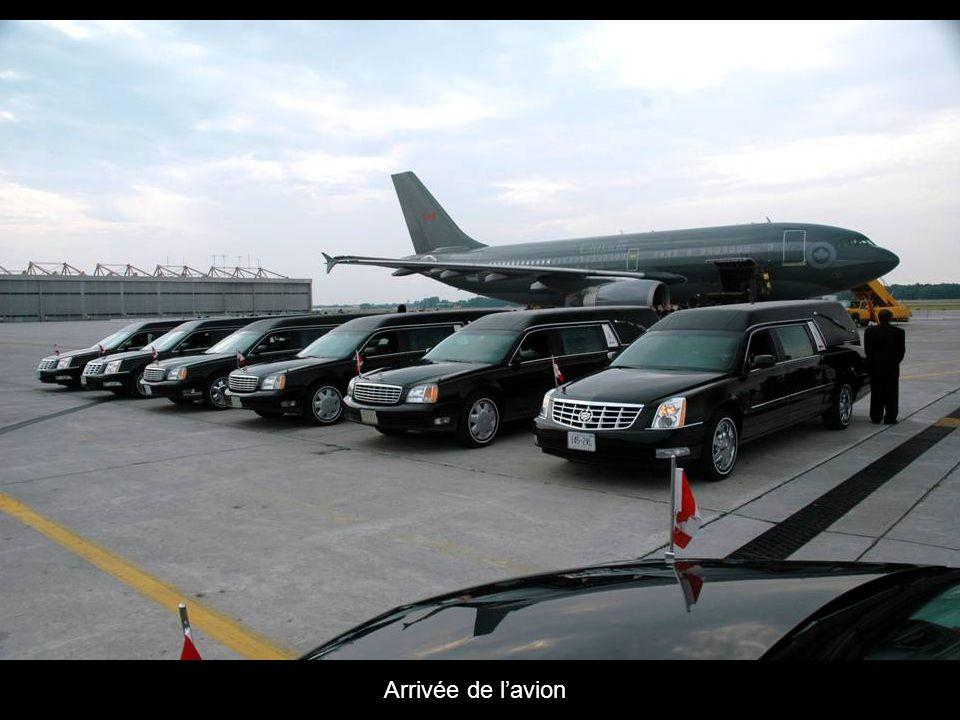 Les gens attendent larrivée de lavion transportant les corps des militaires