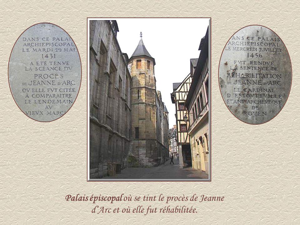 Ci-contre, à gauche, la chapelle Sainte Jeanne dArc.