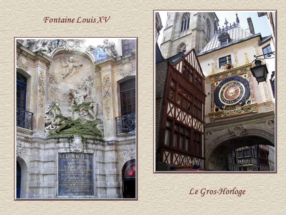 Le Gros-Horloge constitué dun beffroi gothique, dun pavillon, dune voûte Renaissance et dune fontaine classique Louis XV, est le premier à être construit pour recevoir les premières cloches de la ville dont le mécanisme reste lun des plus anciens dEurope.