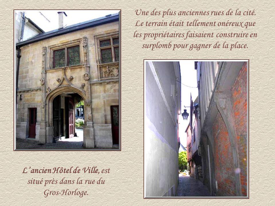 Hôtel dEtancourt, est une jolie construction en pierre et bois de la fin du XVIème et du début du XVIIème siècle.