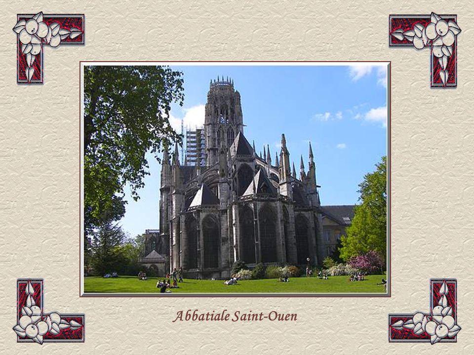 Labbatiale Saint-Ouen est un des joyaux du gothique français, dune grande finesse avec de beaux arcs-boutants, dessinés comme des arcs-en-ciel.