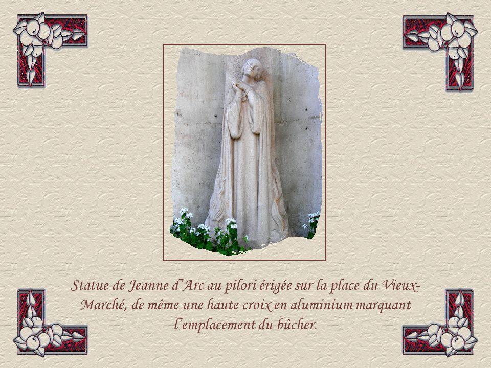 Ci-contre, à gauche, léglise Sainte Jeanne dArc.
