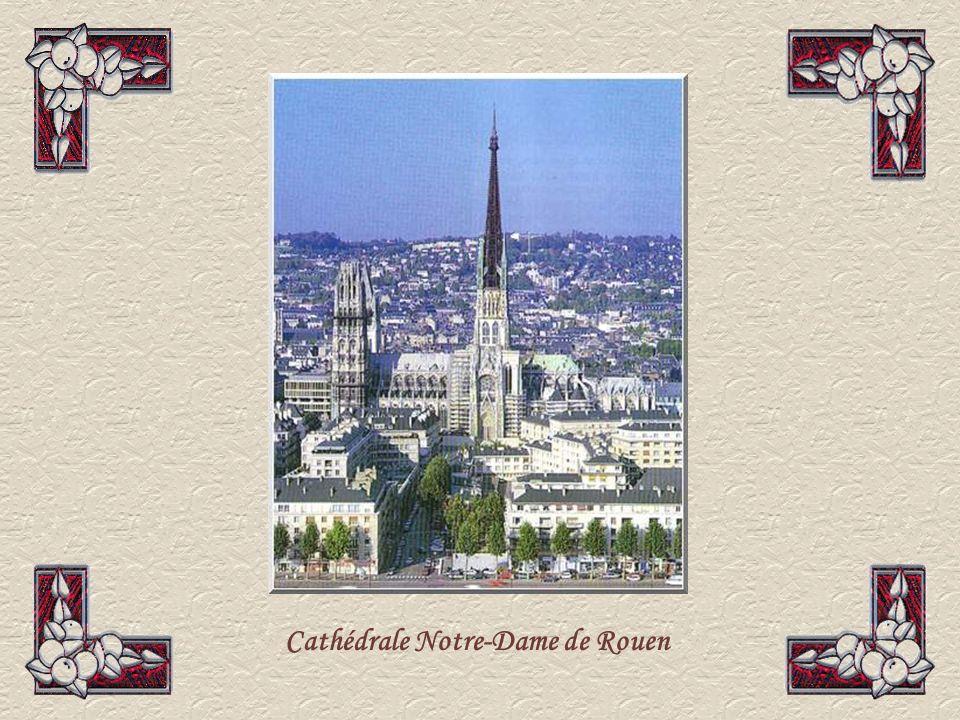 La cathédrale Notre-Dame de Rouen est située au cœur de la ville, édifiée sur plusieurs siècles.