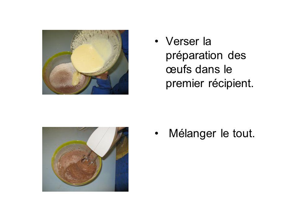 Verser la préparation des œufs dans le premier récipient. Mélanger le tout.
