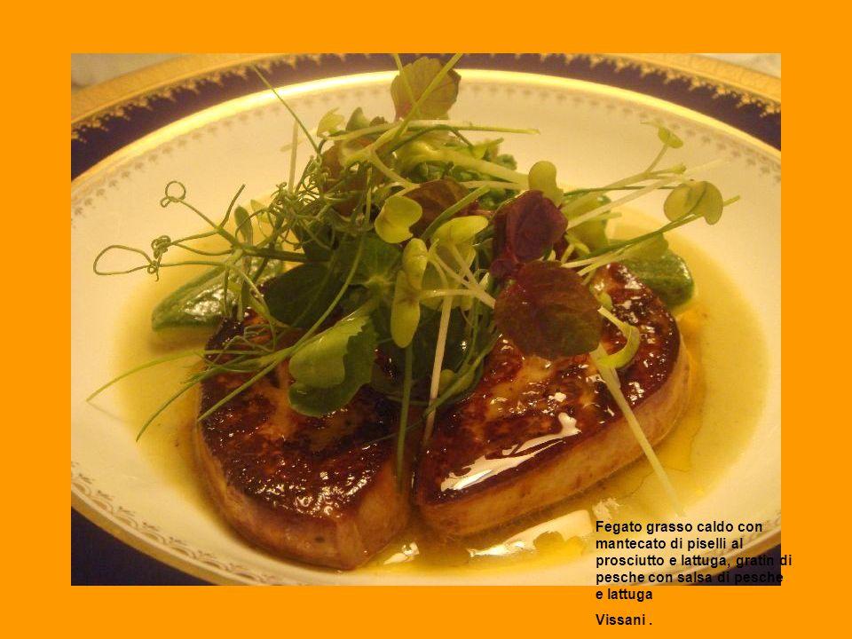 Fegato grasso caldo con mantecato di piselli al prosciutto e lattuga, gratin di pesche con salsa di pesche e lattuga Vissani.