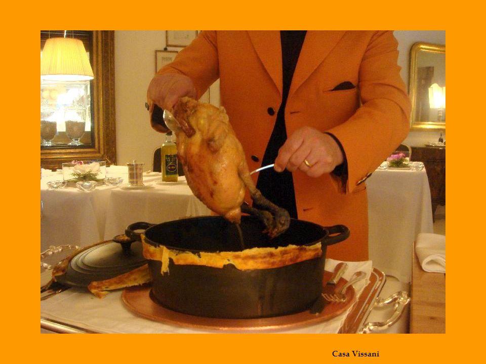 Poulard de Bresse in cocotte con arancini di riso alle rigaglie di pollo e piselli impanati con farina di arancia, limone e panbrioches, salsa di rosmarino e pollo, tortino di taccole al pecorino e tartufo nero.