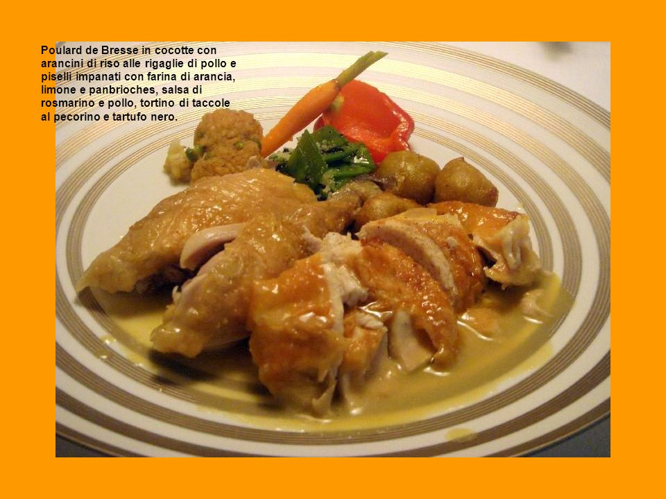Poulard de Bresse in cocotte con arancini di riso alle rigaglie di pollo e piselli impanati con farina di arancia, limone e panbrioches, salsa di rosm