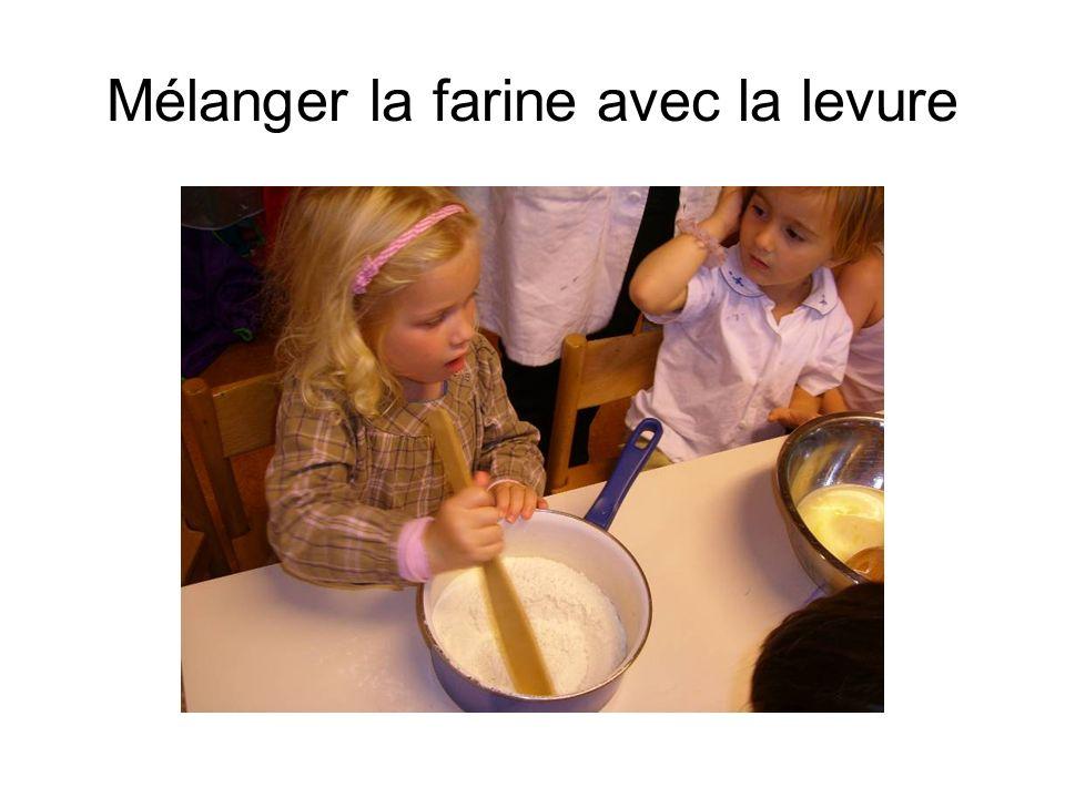 Mélanger la farine avec la levure