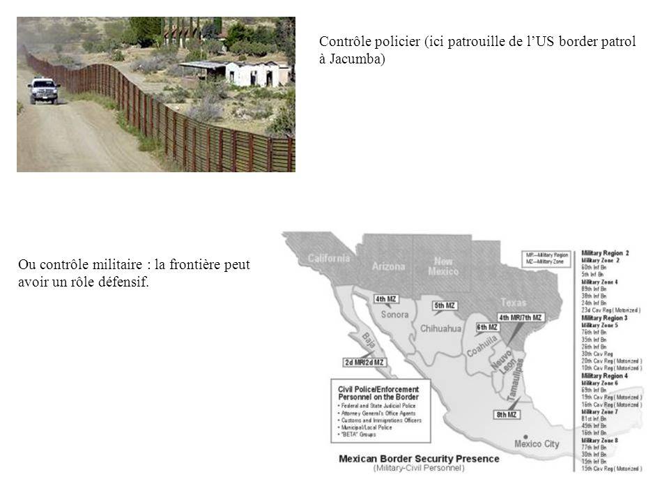 Poste frontière de Tijuana : entrée au Mexique La frontière est donc une zone de contrôle de flux humains et économiques