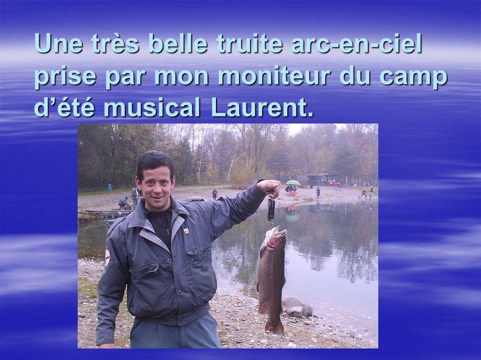 Une très belle truite arc-en-ciel prise par mon moniteur du camp dété musical Laurent.