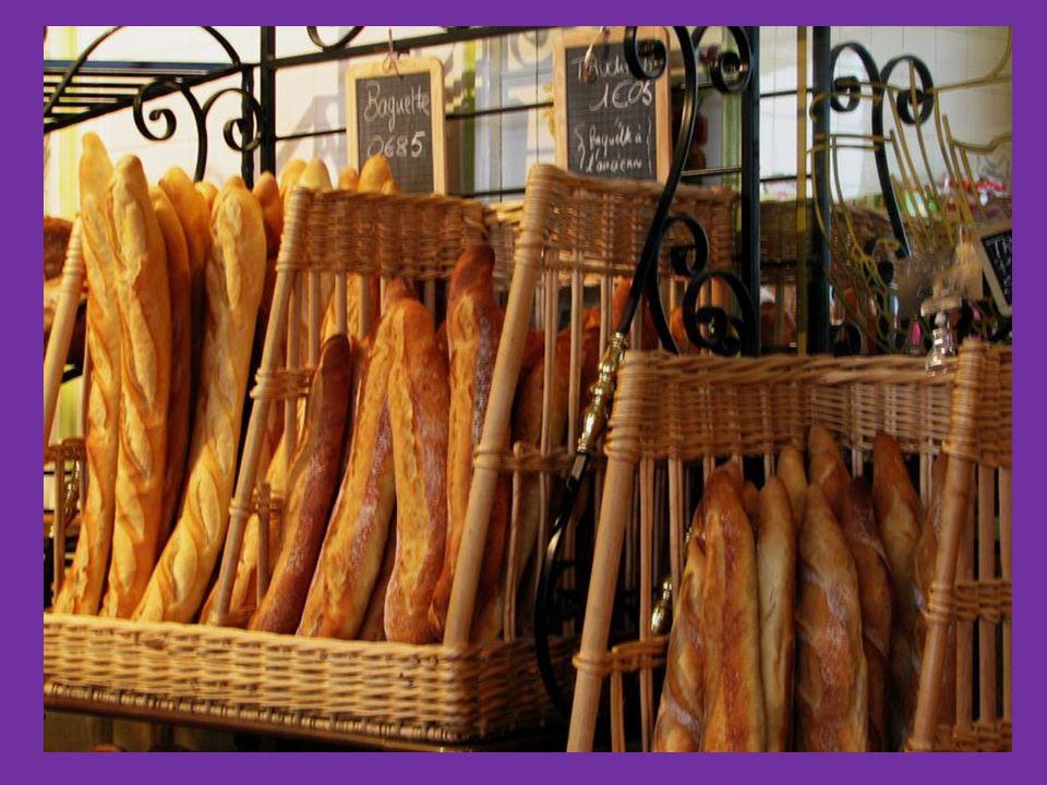 un gâteau une tarte aux pommes du pain un pain complet une baguette un croissant À la boulangerie-pâtisserie