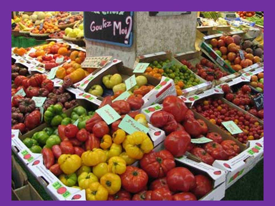 une pomme le marchand des fraises une poire des haricots verts une pomme de terre une salade la marchande Au marché Il est bon, mon melon! Elle est bo