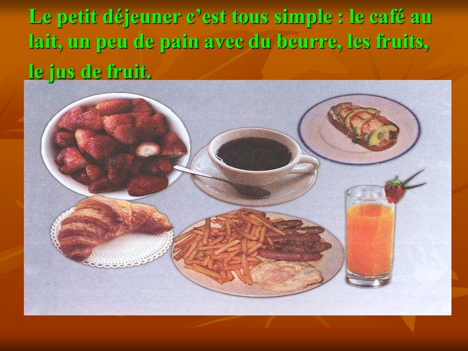 Le petit déjeuner cest tous simple : le café au lait, un peu de pain avec du beurre, les fruits, le jus de fruit.