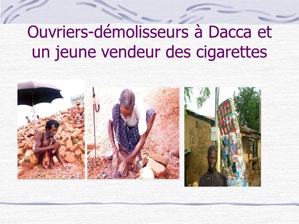 Ouvriers-démolisseurs à Dacca et un jeune vendeur des cigarettes