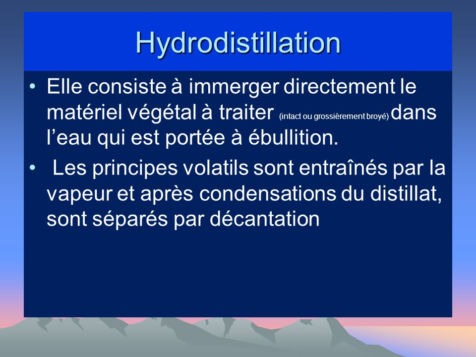 Hydrodistillation Elle consiste à immerger directement le matériel végétal à traiter (intact ou grossièrement broyé) dans leau qui est portée à ébullition.