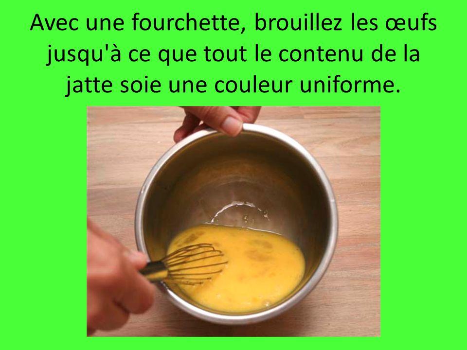 Avec une fourchette, brouillez les œufs jusqu à ce que tout le contenu de la jatte soie une couleur uniforme.