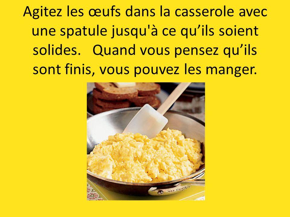 Agitez les œufs dans la casserole avec une spatule jusqu à ce quils soient solides.