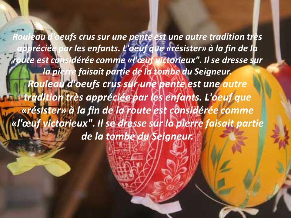 La tradition veut que le dimanche de Pâques en France, on s'offre des œufs en chocolat. Le premier jour de Pâques, tôt le matin, les enfants dirigés v