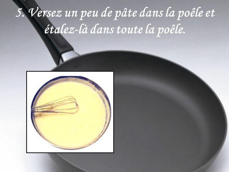 5. Versez un peu de pâte dans la poêle et étalez-là dans toute la poêle.