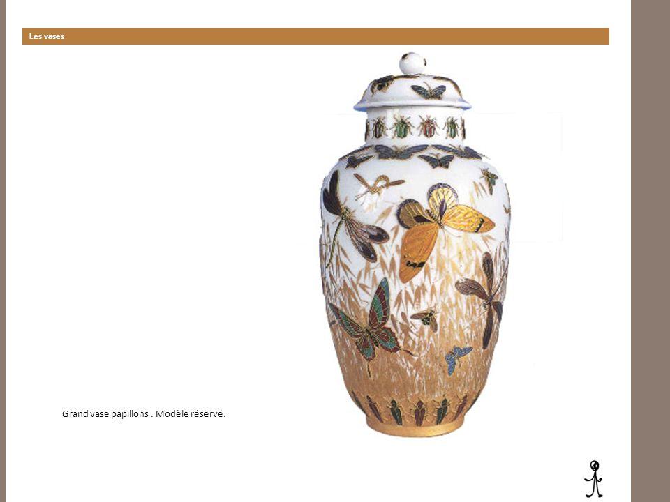 Les vases Grand vase papillons. Modèle réservé.